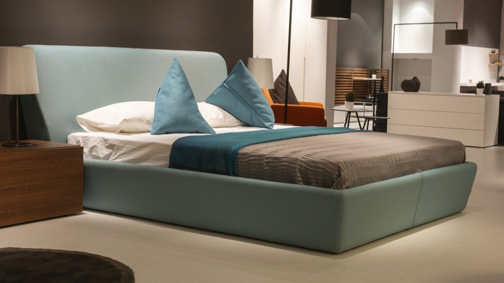 Łóżko z pojemnikiem i materacem – czy warto?